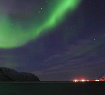 Flateyri og norðurljós.JPG